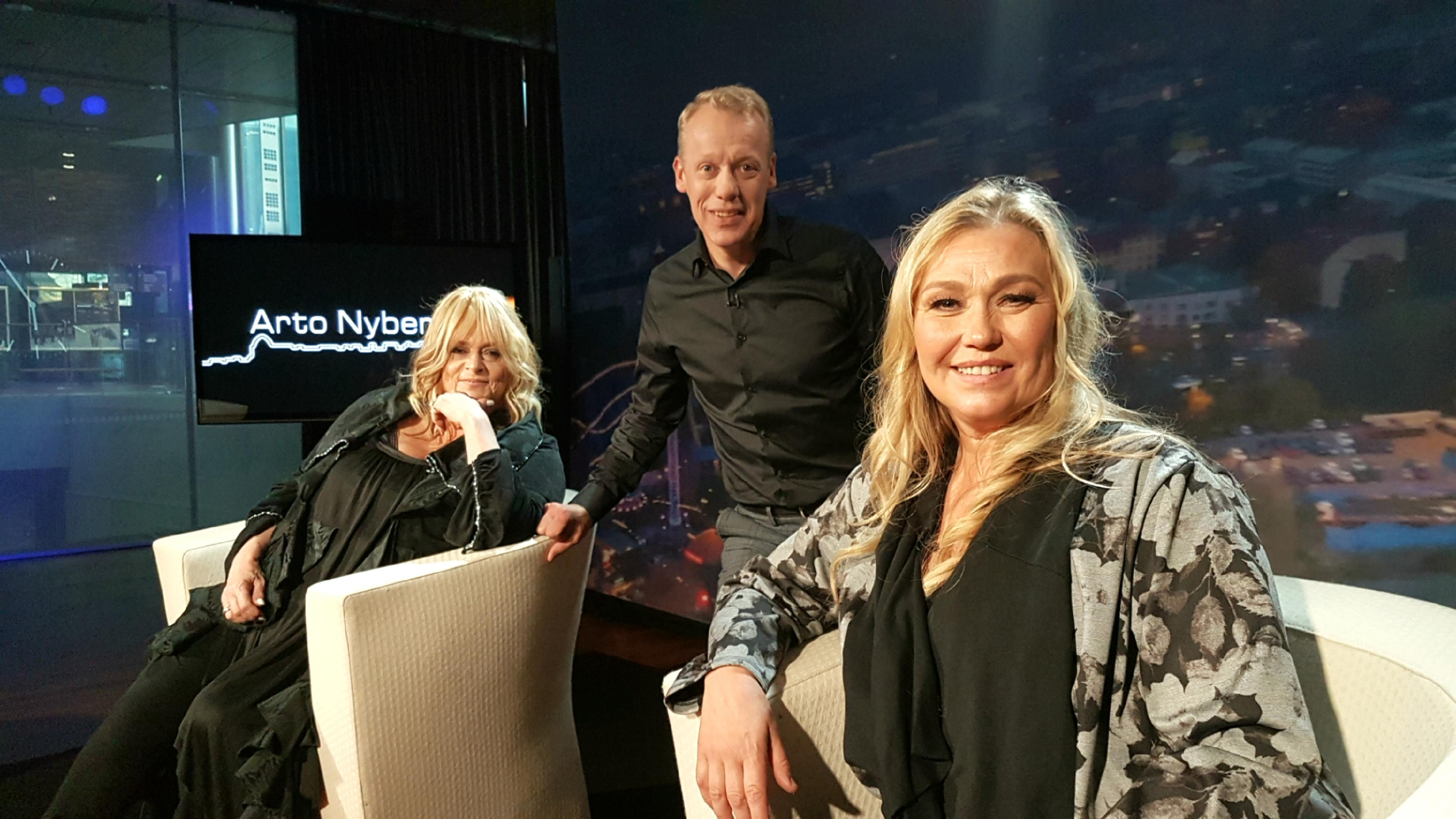 Marion, Jari Isometsä ja Outi Mäenpää 3.10.2021